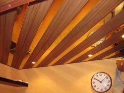 Потолок из деревянных реек.